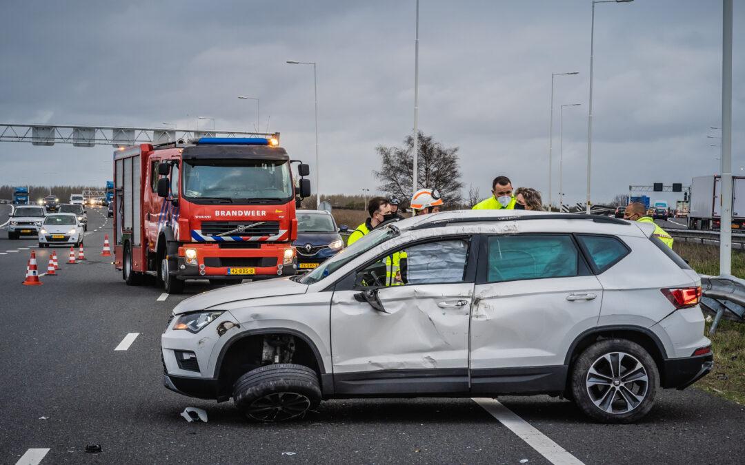 Auto over de kop, bestuurder gewond A4 Vondelingenplaat